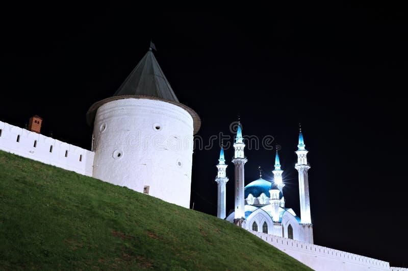 Le pareti della moschea di Kul-Sharif di Cremlino di Kazan alla notte fotografie stock