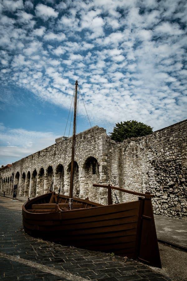 Le pareti di Città Vecchia a Southampton con la replica vendono la barca in priorità alta fotografia stock