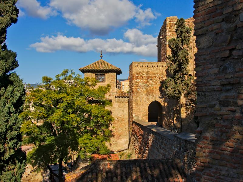 Le pareti e le torri fortificate del moresco di Alcazaba fortificano, Malaga fotografia stock libera da diritti