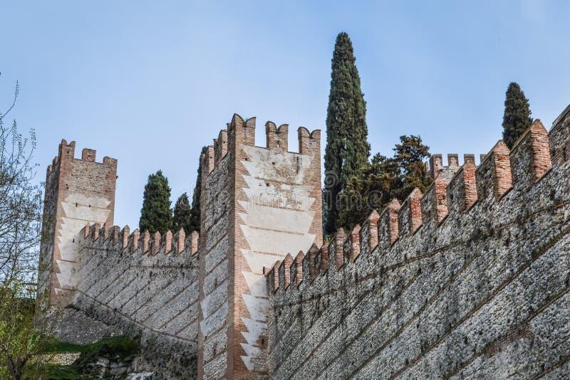 Le pareti merlate e le torri dell'italiano antico hanno murato la città di Soave nell'area di Verona fotografia stock