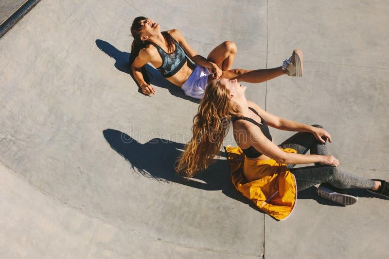 Le parkerar flickor som ut hänger på skridskon royaltyfri fotografi