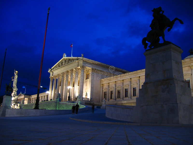 Le Parlement autrichien la nuit, Vienne photo libre de droits