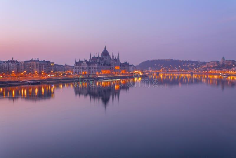 Le Parlement de Budapest aux lumières de matin image libre de droits