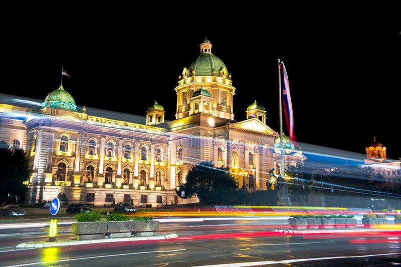 Le Parlement de la République de la Serbie à Belgrade la nuit photos libres de droits