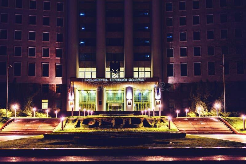Le Parlement de Moldau la nuit photographie stock