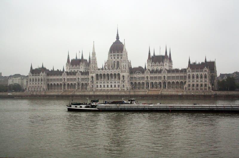 Le Parlement hongrois à Budapest dans un jour brumeux photographie stock libre de droits