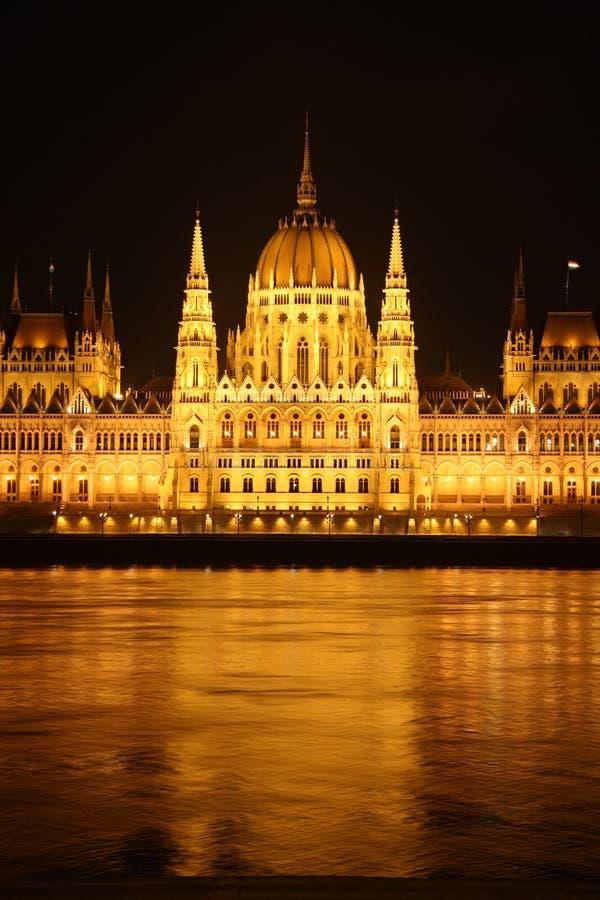 Le parlement hongrois à Budapest la nuit image stock