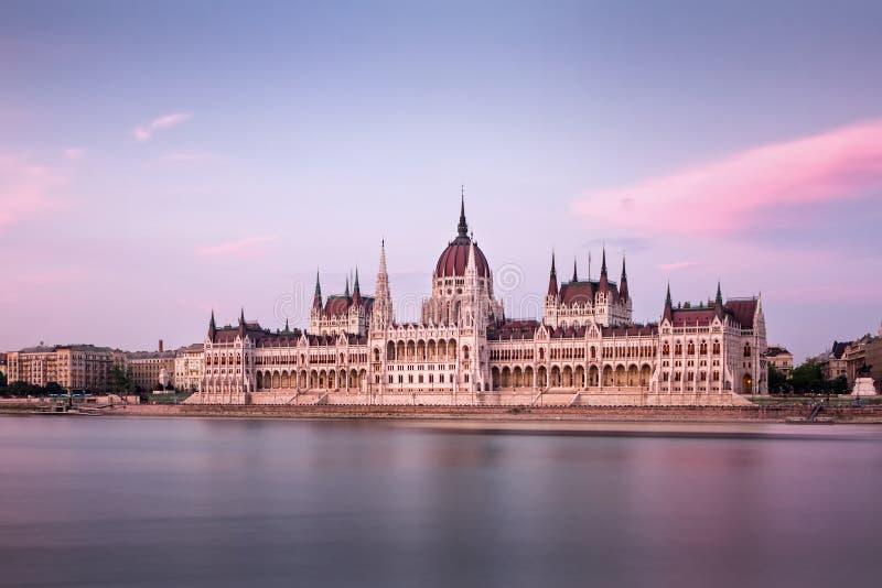 Le Parlement hongrois sur la rive de Danube à la tombée de la nuit images libres de droits