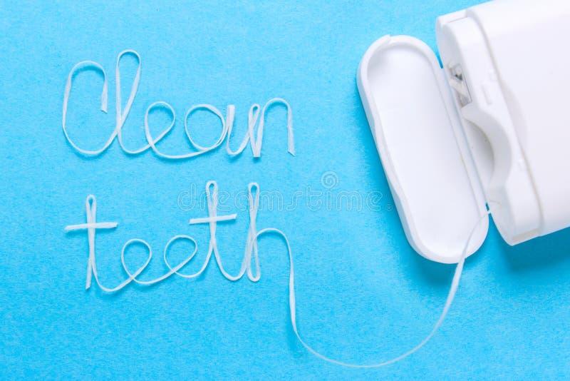 Le parole puliscono i denti di filo per i denti fotografie stock libere da diritti