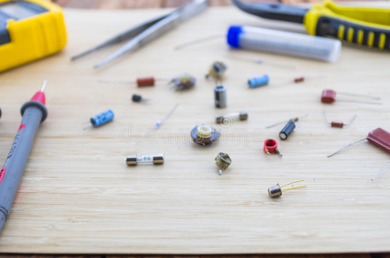 Le parti e gli strumenti della radio sulla tavola di legno immagine stock libera da diritti