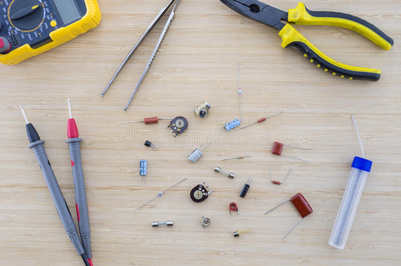Le parti e gli strumenti della radio sulla tavola di legno immagine stock