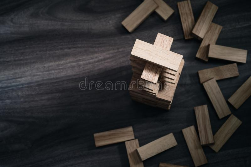 Le particelle elementari di legno si elevano sulla vista superiore del fondo di legno con immagine stock libera da diritti