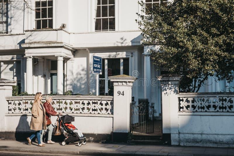 """Le passé de marche de personnes """"en vente """"se connectent une maison en Holland Park, Londres, R-U images libres de droits"""