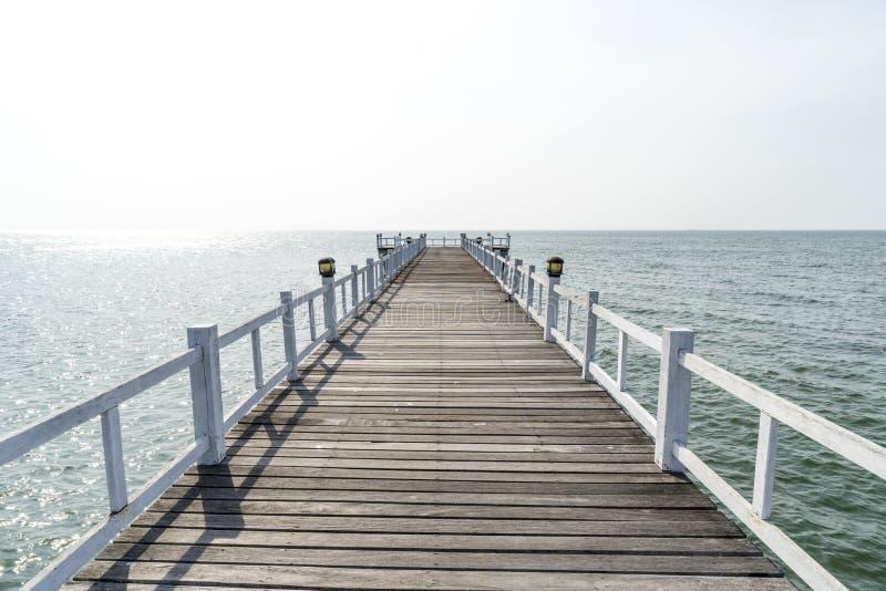 Le passage couvert de pont en bois dans la mer images stock