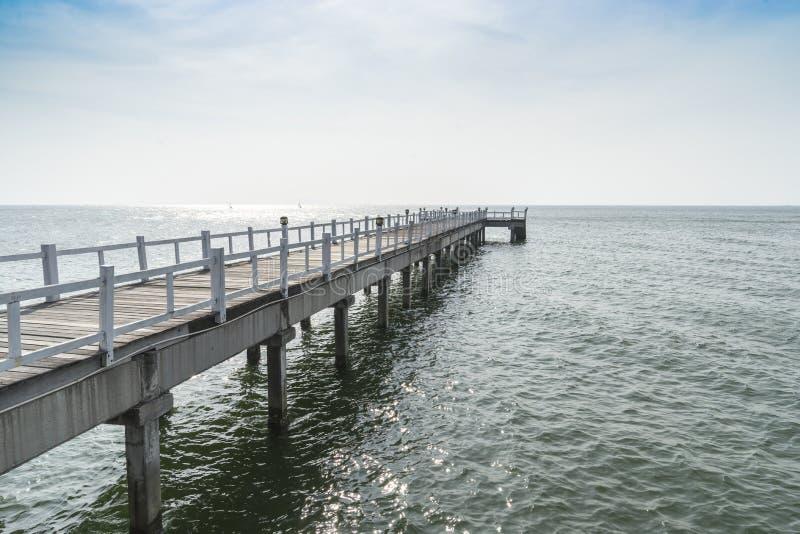 Le passage couvert de pont en bois dans la mer image libre de droits