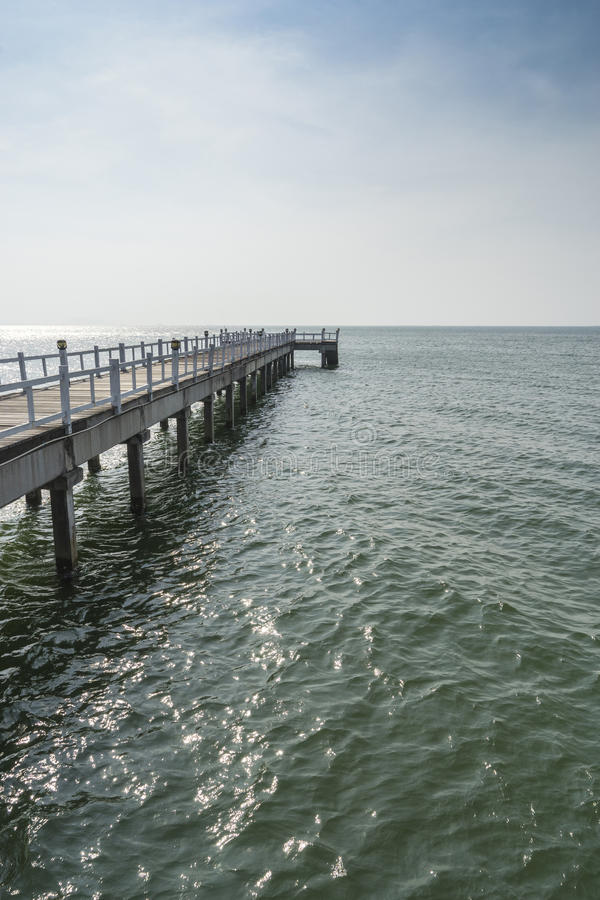 Le passage couvert de pont en bois dans la mer photo stock