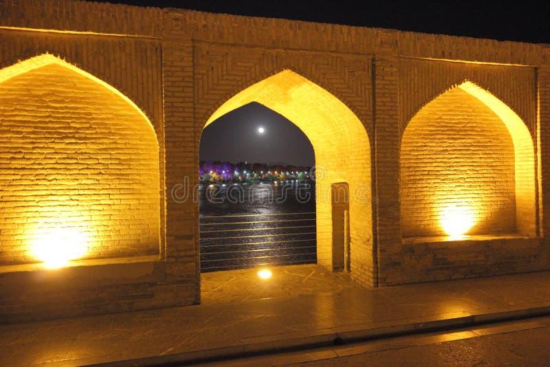 Le passage couvert de pont de SI-o-Se-Pol au cours de la nuit avec l'ouverture de voûte au ciel nocturne avec la pleine lune image stock