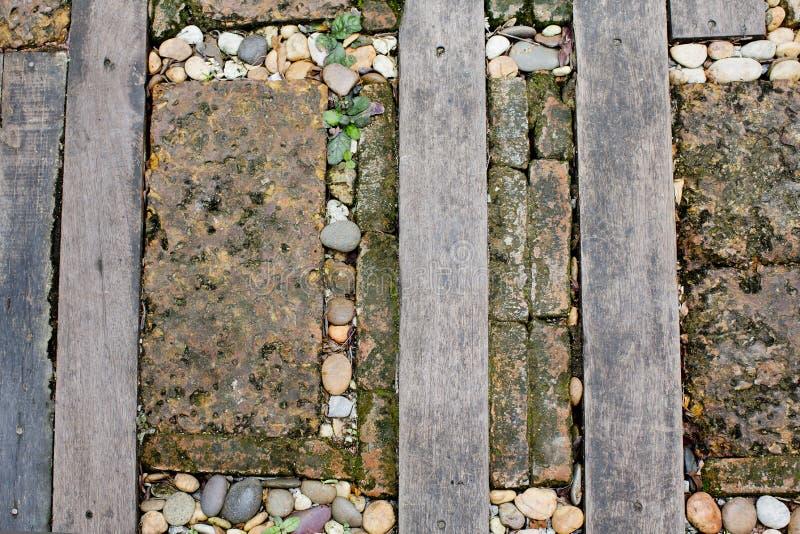 Le passage couvert a fait le vieux bois et pierre sur l'herbe image stock