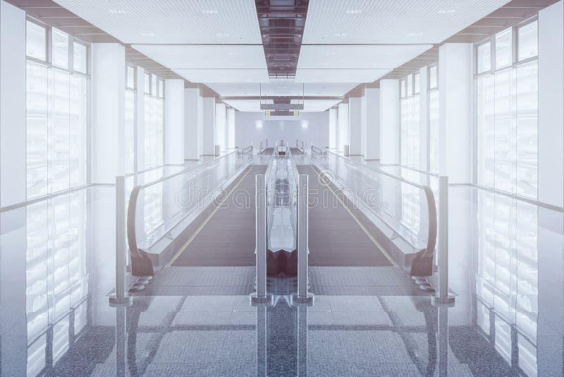 Le passage couvert moderne de l'escalator avancent et mouvement d'escalator vers l'arrière l'aéroport international images libres de droits
