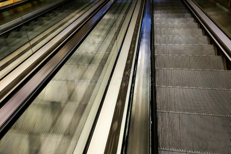 Le passage couvert moderne de l'escalator avancent et mouvement d'escalator vers l'arrière photos libres de droits