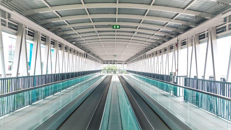 Le passage couvert moderne de l'escalator se d?placent en avant l'a?roport international image stock