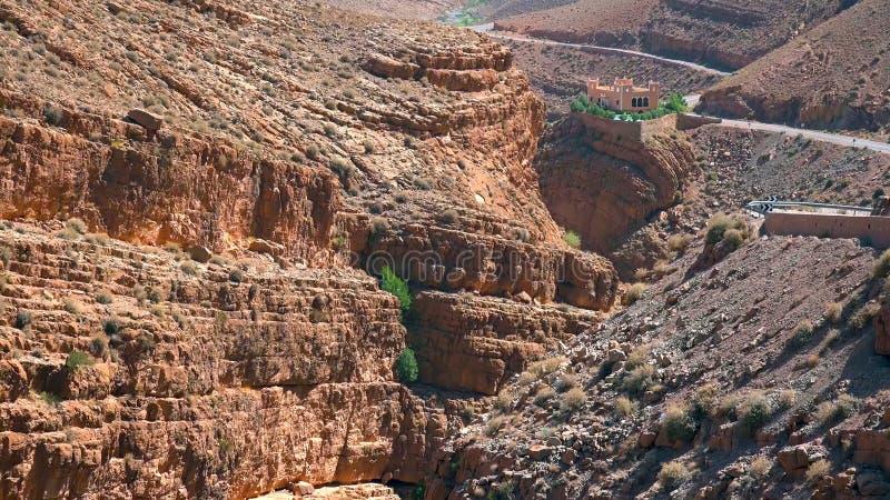 Le passage de montagne dans Dades se gorge, des montagnes d'atlas, Maroc photos stock