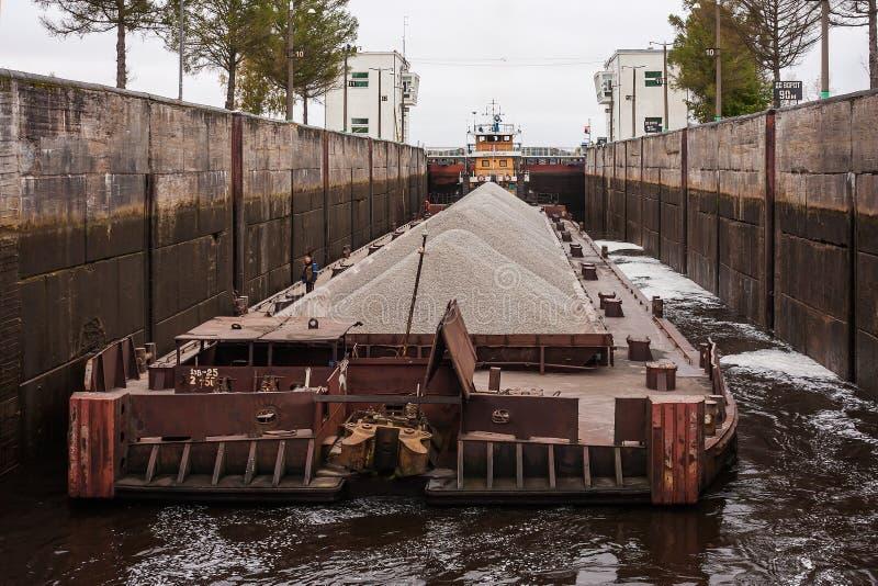 Le passage de ` de traction subite - ` 40 et péniche, la Volga, oblast de Vologda de la Fédération de Russie 29 septembre 2017 Le photographie stock