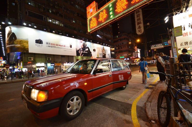 Le passager descend du taxi dessus en Hong Kong photographie stock libre de droits