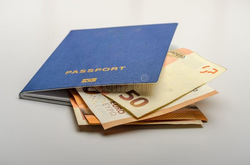 Le passeport biométrique pour le voyage et l'argent note l'euro photographie stock libre de droits