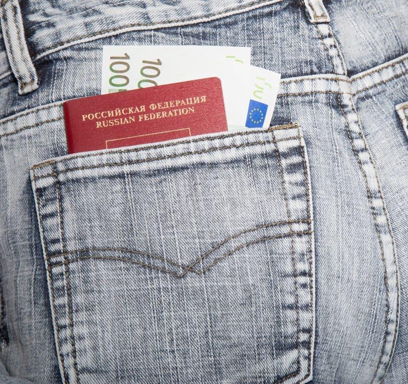Le passeport du citoyen de la Russie et de deux cents euros dans a images stock