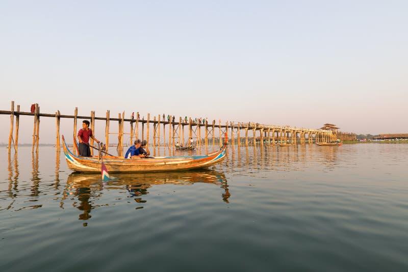 Le passeur et le touriste à U Bein jettent un pont sur 5/2/2016 photos stock