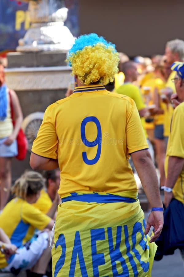 Le passioné du football d'homme de l'équipe nationale suédoise sous la forme nationale du football photographie stock libre de droits