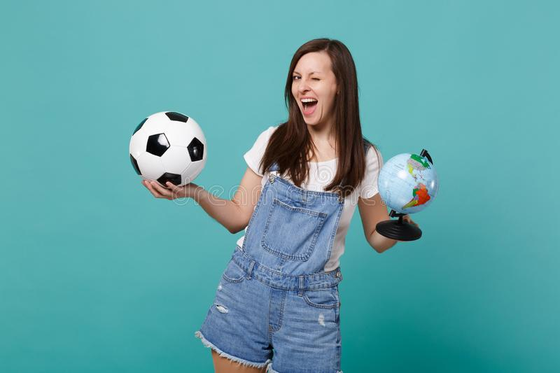 Le passioné du football drôle de femme encouragent l'équipe préférée de soutien avec du ballon de football, globe du monde de la  images libres de droits