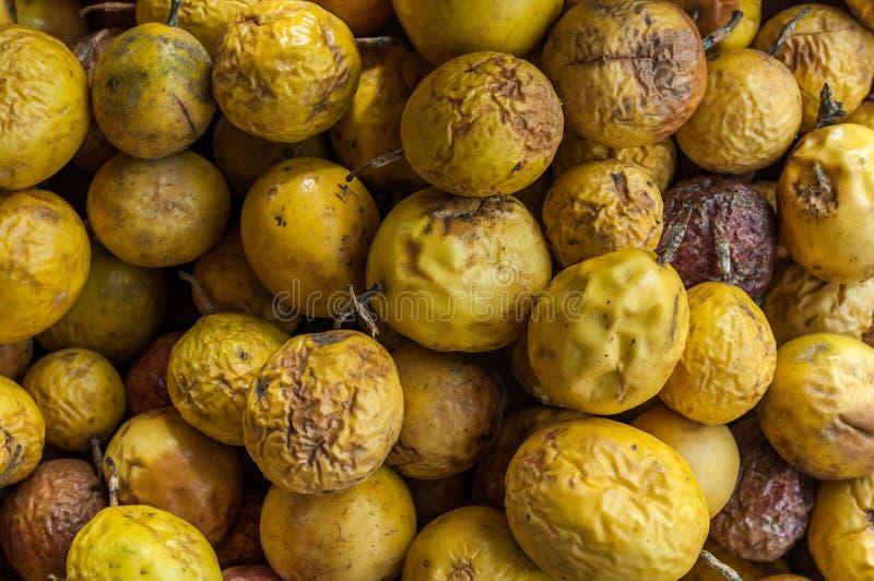 Le passionfruit jaune a défraîchi le fond, passiflore de flavicarpa edulis images stock