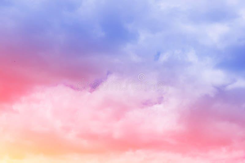 Le pastel doux a coloré le nuage et le ciel avec la lumière du soleil, W nuageux doux photographie stock