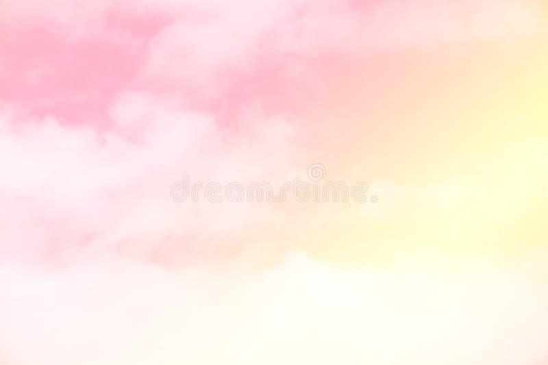 Le pastel doux a coloré le nuage et le ciel avec la lumière du soleil, W nuageux doux photo libre de droits