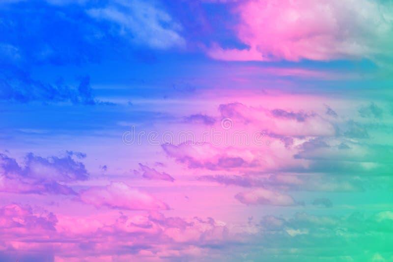 Le pastel doux a coloré le nuage et le ciel avec la lumière du soleil, W nuageux doux photos stock