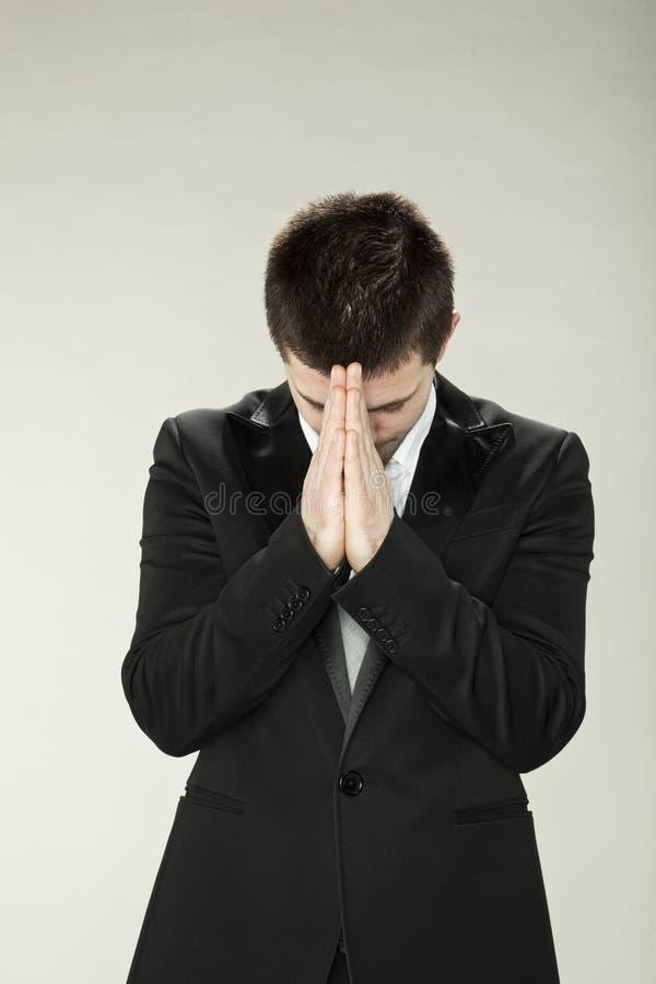 Le pasteur prie pour une bénédiction photo stock