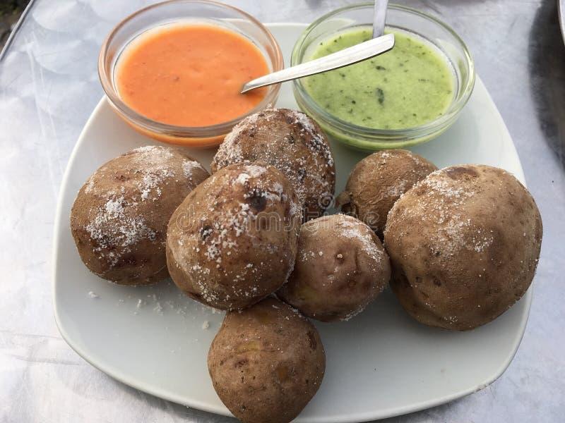 Le patate di appoggio saporite con due mettono in salamoia immagine stock