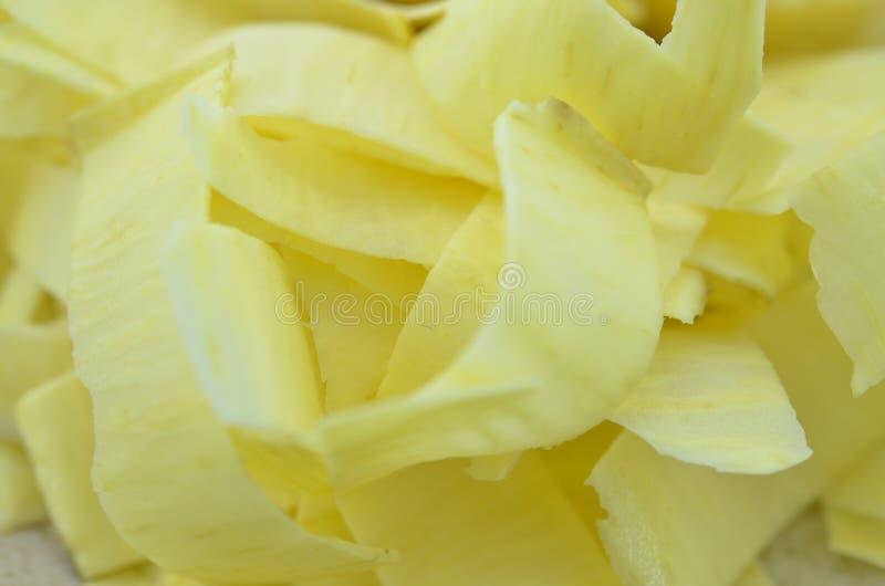 Le patate dolci fresche hanno tagliato le fette su fondo di legno, primo piano fotografia stock