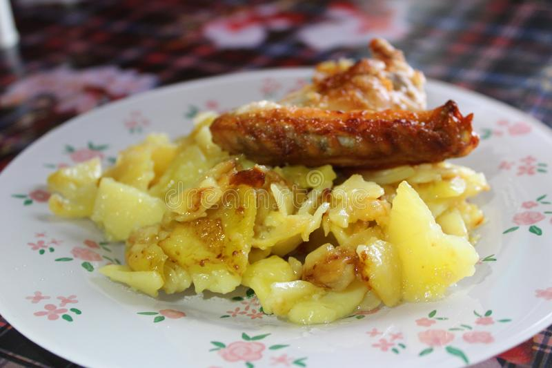 Le patate fritte con le ali di pollo grigliano fotografie stock libere da diritti