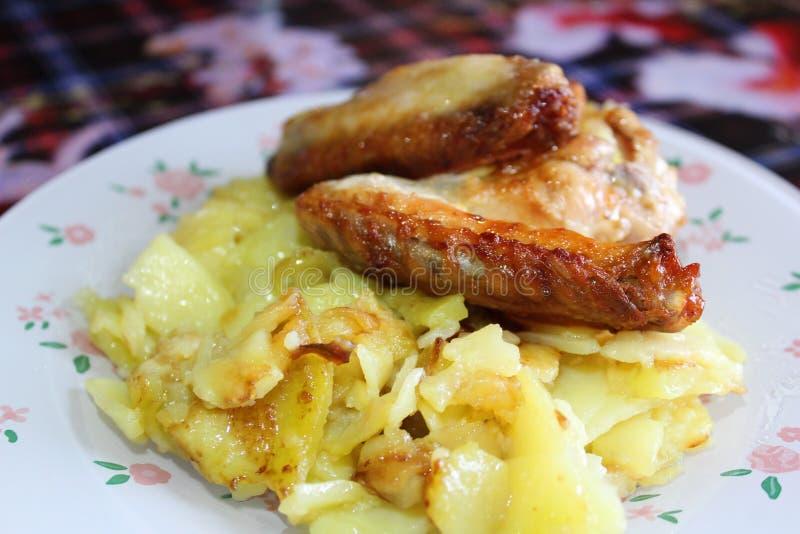 Le patate fritte con le ali di pollo grigliano fotografia stock