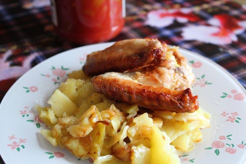 Le patate fritte con le ali di pollo grigliano fotografia stock libera da diritti
