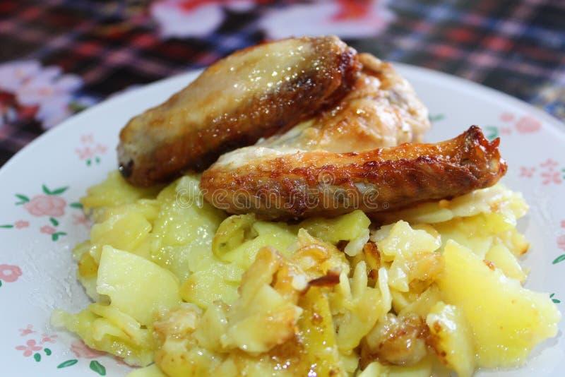Le patate fritte con le ali di pollo grigliano immagini stock libere da diritti