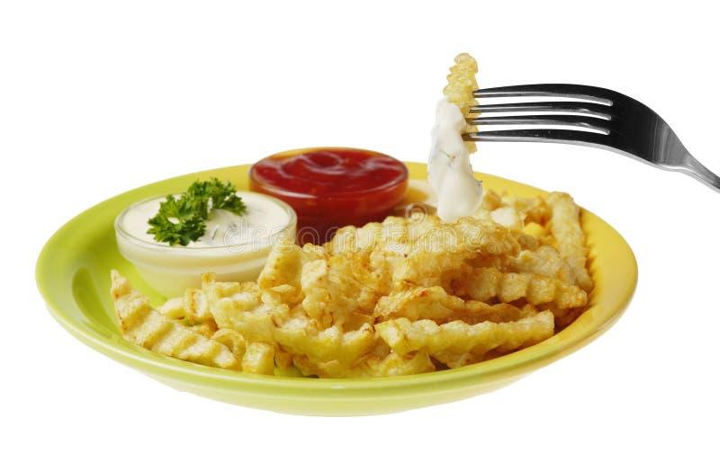 Le patate fritte ed il pollo sul bianco hanno isolato il fondo fotografie stock libere da diritti