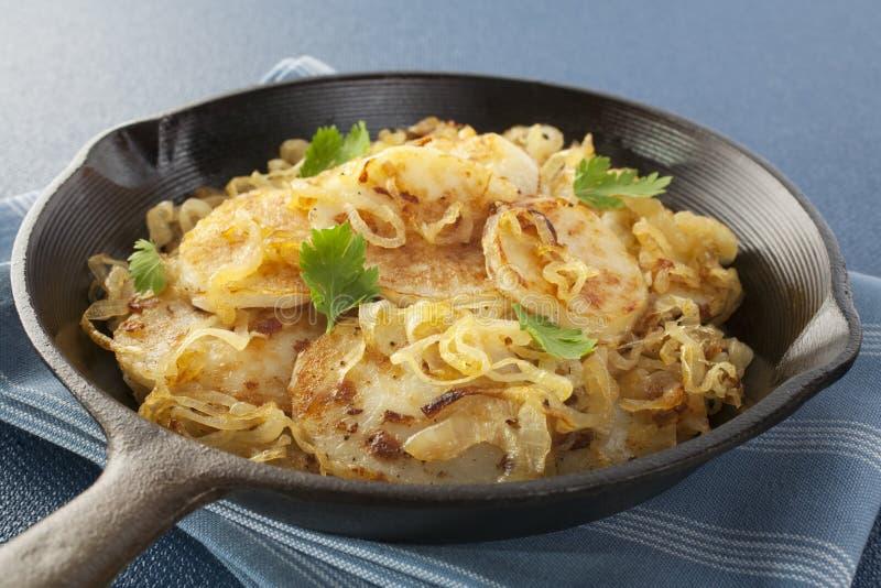 Le patate hanno fritto con le cipolle Lyonnaise fotografie stock libere da diritti