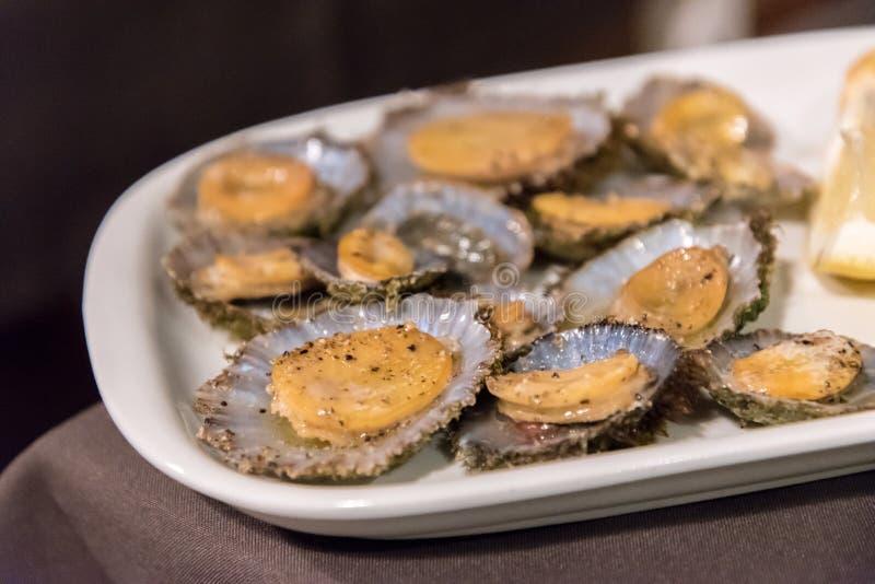 Le patelle sono servito in un ristorante sull'isola del Flores in Azzorre, Portogallo immagine stock libera da diritti