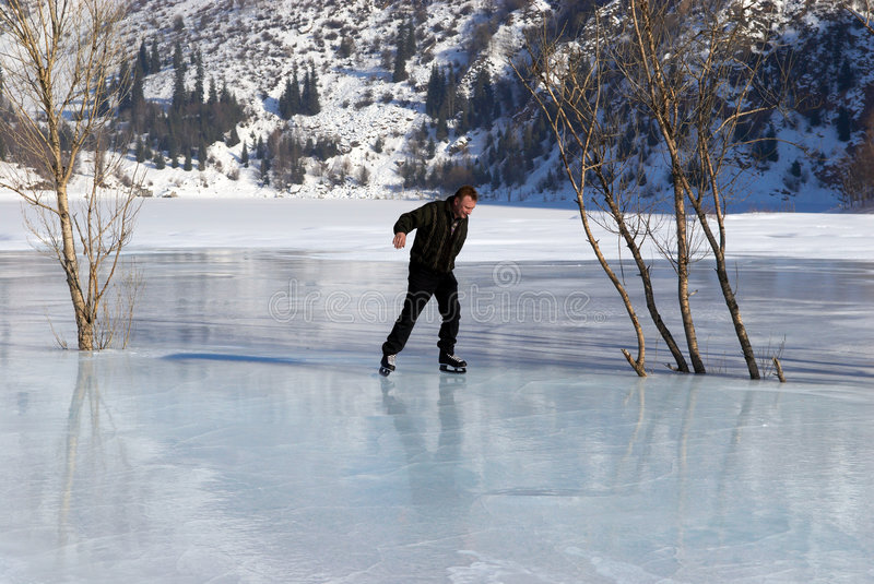 Le patinage de glace sur la montagne aiment photos libres de droits