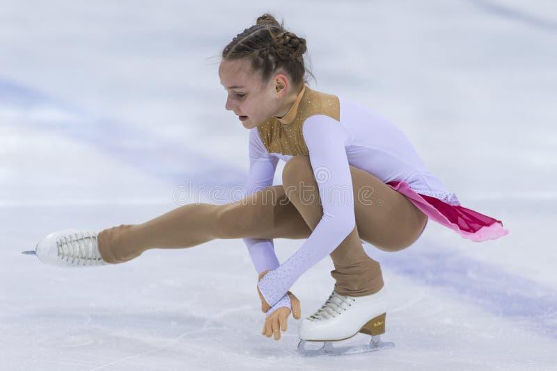 Le patineur artistique du Belarus Alisa Chumakova Performs Cubs des filles libèrent le programme de patinage photo stock