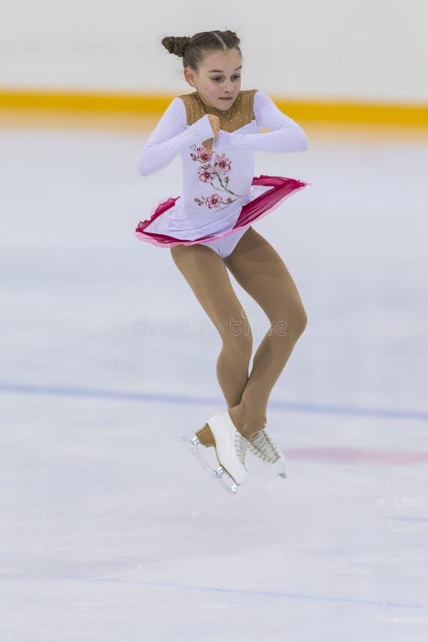 Le patineur artistique féminin du Belarus Alisa Chumakova Performs Cubs des filles libèrent le programme de patinage image libre de droits